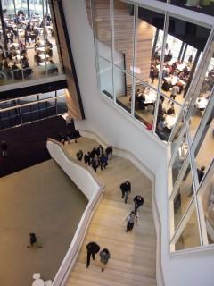 Linde Agora Treppenaufgang Blick von der Konferenzebene